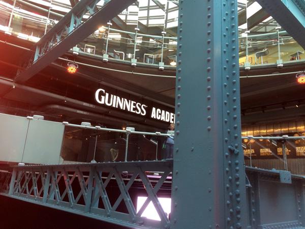 Interior de la fábrica de Guinnes en Dublín.